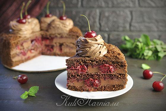 Шоколадный торт с вишней в разрезе
