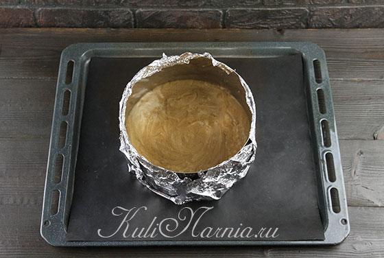 Выливаем тесто в кольцо