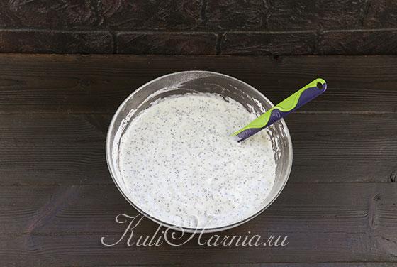 Добавляем молоко с маслом к тесту