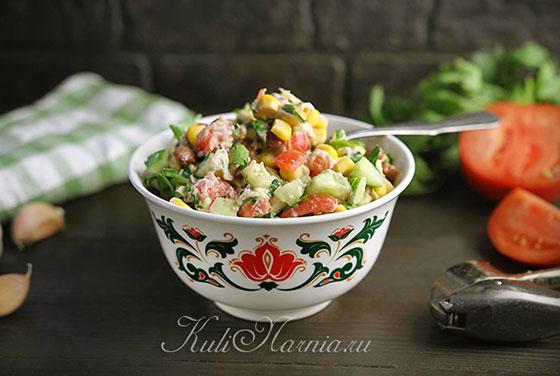 Салат с курицей и овощами готов