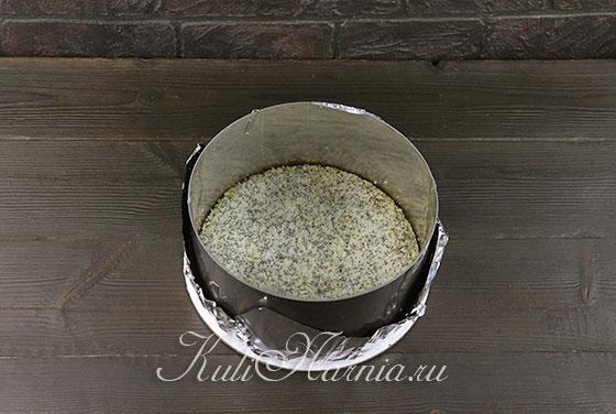 Выкладываем бисквит в форму