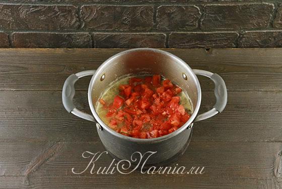 Добавляем помидоры к мясу